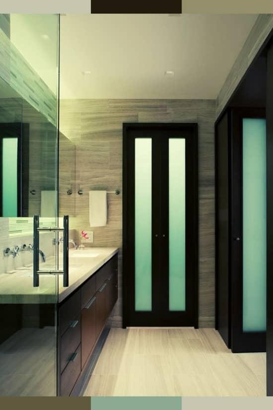 Иногда двери в ванную не отличаются от обычных межкомнатных