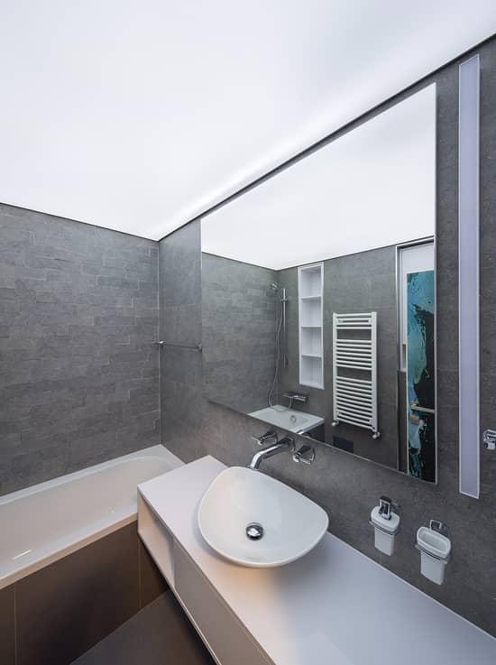 Натяжной поток подойдет для ванных комнат любой конфигурации